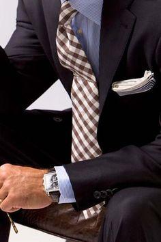 dada a infinidade de opções disponíveis no mercado, escolher uma gravata não é tarefa tão fácil – assim como saber como combiná-la. Saiba como em 21-graus.com