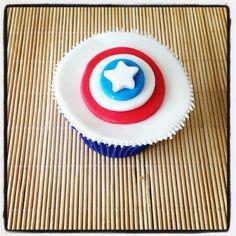 Cupcake Capitão América | Cupcake inspirado no super-herói Capitão América, coberto com pasta americana, massa do bolo e recheio de sua preferência. Não deixe de levar o líder dos Vingadores para a festinha do seu pequeno!