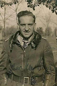 ✠ Hans-Ulrich Rudel (2 July 1916 - 18 Dec. 1982) RK 06.01.1942 Oberleutnant Flugzeugführer und TO III./Stuka-Geschw 2 14.04.1943 [229. EL] Oberleutnant Staffelkapitän 1./Stuka-Geschw 2 25.11.1943 [42. Sw] Hauptmann Führer III./Stuka-Geschw 2 29.03.1944 [10. Br.] Major Kdr III./SG 2 Golden Eichenlaub 29.12.1944 Oberstleutnant Kommodore SG 2