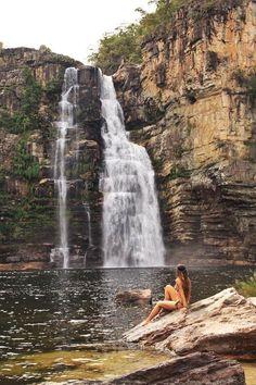 Essa é Cachoeira do Garimpão (80 metros). Uma das mais belas quedas do Parque Nacional da Chapada dosVeadeiros.;  Não é permitido chegar na queda...