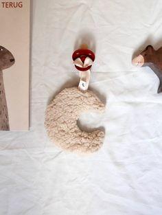 Teddy stof aan beide kanten  afmeting ongeveer: 12cm  excl speen let op: alle maantjes zijn door mij met de hand gemaakt de maanstand kan hierdoor iets afwijken van het getoonde maantje op de foto.  Tot de leeftijd van 1 jaar worden knuffels afgeraden tijdens de slaap. Leg ze dus niet in een Baby Rattle, Diy Baby, Little Boys, Baby Toys, Children, Kids, Nursery, Make It Yourself, Etsy