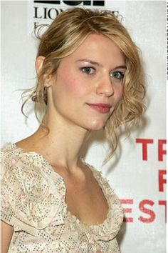 Claire Danes looks fabulous with this long curly hairstyle. She has the hair styled into an attractive updo which leaves her looking glamorous and sexy. Her hair is very curly on one side more than at the other and this look is very desirable.This long haircut is very cute and stylish.Claire's hair colour is dirty blonde.