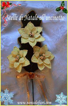 ramo con tre Stelle di Natale all'uncinetto. Foglia all'uncinetto con bordo dorato. Realizzate con cotone giallo chiaro dorato. Altezza cm 45 - diametro di ogni singola Stella di Natale cm 13  #stelladinatale #uncinetto #flowers #crochet #ramo #natale #poinsettia www.nonsolofiori.com