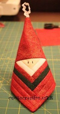 Santa Claus Ornament made from a log cabin block. One block makes two ornaments. The tutorial is in Italian, but the pictures are clear Christmas Ornaments To Make, Santa Ornaments, How To Make Ornaments, Christmas Projects, Holiday Crafts, Christmas Crafts, Christmas Decorations, Holiday Decor, Christmas Snowman