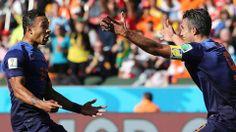 Memphis Depay en Robin van Persie vieren de winnende goal (Foto: EPA). Het was een moeizame overwinning, maar Oranje is wel door naar de volgende ronde!  → http://nos.nl/wk2014/artikel/663189-oranje-door-naar-achtste-finales.html