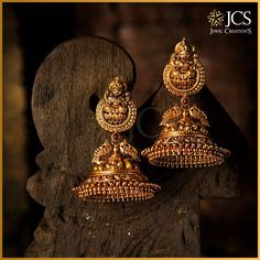 The rhythmic sway of these beautiful Jhumkas will bring out the emotions of a south Indian woman! The rhythmic sway of these beautiful Jhumkas will bring out the emotions of a south Indian woman! Gold Jhumka Earrings, Jewelry Design Earrings, Gold Earrings Designs, Gold Jewellery Design, Antique Earrings, Gold Jewelry, Jewellery Box, Temple Jewellery, Handmade Jewellery