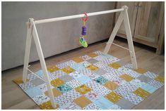 Support mobiles pour tapis d'éveil maison. Se replie pour être rangé. (le tapis d'éveil a été réalisé par mon épouse).
