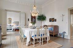 Apesar de moderno, a base desse décor é o estilo Gustaviano. O resultado não podia ser mais requintado, charmoso e feminino.