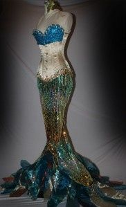 Incredible The Little Mermaid corset and dress. Look at all that sparkle! So pretty! - 15 Little Mermaid Cosplays / I would wear this in a split half heartbeat! Hallowen Costume, Halloween Cosplay, Cool Costumes, Cosplay Costumes, Costume Ideas, Custom Corsets, Halloween Karneval, Mermaid Parade, Playing Dress Up