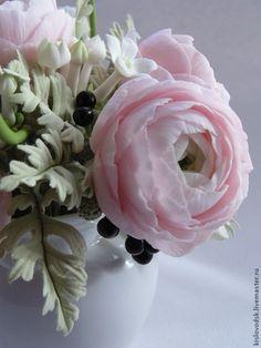 Купить или заказать Букет Beautiful. Ранункулюсы из полимерной глины. в интернет-магазине на Ярмарке Мастеров. Если близкому Вам человеку нравятся цветы ручной работы, а особенно ранункулюсы, подарите этот букет- положительные эмоции гарантированы.В букете нежно розовые ранункулюсы, стефанотис, ягоды санберри и сказочные резные листья цинерарии. Полностью ручная работа, без искусственной зелени. Букет закреплен в небольшом кувшинчике. Макросъемка.…