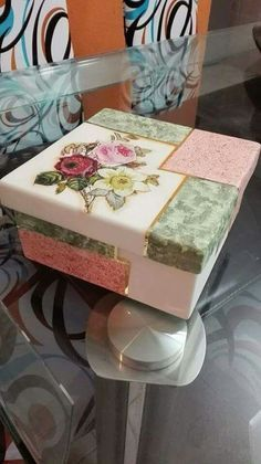 I will use a shoe box Decoupage Vintage, Decoupage Paper, Tole Painting, Painting On Wood, Altered Cigar Boxes, Decoupage Furniture, Pretty Box, Box Art, Wooden Boxes