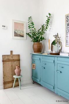 Ambiance vintage dans la pièce de vie avec ce meuble ancien repeint