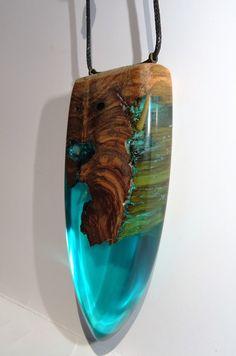 colgante en madera de olivo y oclusiones en inspiracion mariana, forma escudo…