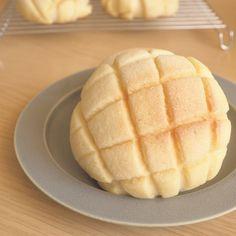 * Saku Fuwa Melon Pen * Image with Kotu Sweets Recipes, Bread Recipes, Baking Recipes, Cooking Bread, Bread Baking, Melon Bread, Japanese Pastries, Japanese Street Food, Sweet Buns
