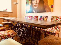 """Zwei Kunstwerke treffen sich. Mein Mann Wolfgang hat die Tischplatte aus neuen Brettern selbst gebaut. Mit """"Palisander"""" lasiert und auf die alten Nähmaschinengestelle montiert. Cool, oder?"""