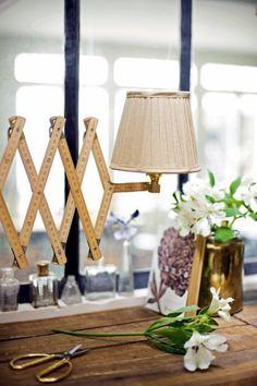Une lampe en accordéon avec des mètres en bois