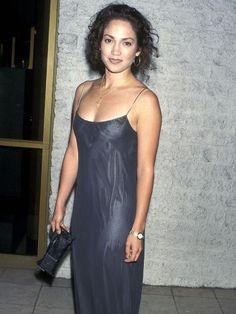 • Jennifer López •  Actuó en la serie televisa Hotel Malibu, de corta duración, y las películas Asalto al tren del dinero y Selena, su primer papel protagónico.-