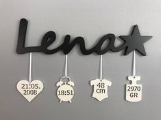 Badge nominatif avec dates de naissance - Rund ums Kind - bebe Baby Crafts, Diy And Crafts, Diy Bebe, Birth Gift, Name Badges, Baptism Gifts, Baby Decor, Future Baby, Baby Names