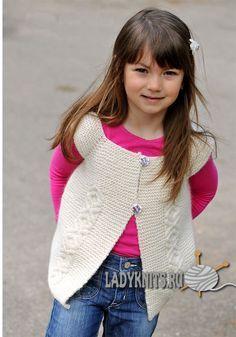 Вязаный спицами жилет с косами для девочки от 2 до 10 лет