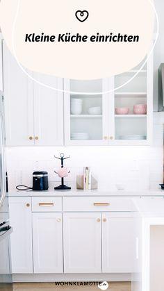Eine kleine Küche einrichten kann eine Herausforderung sein, aber auch Spaß machen. Denn ist der wenige Platz erst einmal richtig ausgenutzt, steht die kleine Küche einer großen in (beinahe) nichts nach. Mit unseren 5 Tipps kannst Du eine kleine Küche einrichten und dabei das meiste aus ihr rausholen. Kitchen Cabinets, Bathroom, Furniture, Home Decor, Fold Away Table, Round Bathroom Mirror, Closet Storage, Ad Home, Washroom