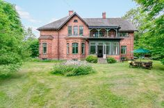 Kolla in det magiska sagoslottet som är till salu! - My home Abandoned Houses, Old Houses, Summer House Garden, Sweden House, House With Porch, Amazing Architecture, Victorian Homes, My Dream Home, Exterior Design