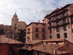Con un espectacular casco histórico, Albarracín nos espera a 1182 metros de altitud. Declarado Conjunto Histórico-Artístico desde 1961, este pueblo entra sin lugar a dudas con letras de oro en nuestro catálogo y es un pueblo que no te puedes perder. Aquí te transportarás en el tiempo sin ningún esfuerzo y si vienes en invierno, las nieves y el frío harán que lo sientas aún más auténtico.
