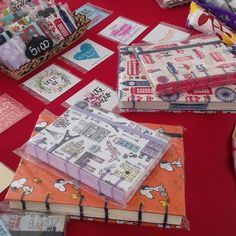 Caderninhos fofos feitos com amor e carinho! 😍 #encadernaçãomanualartística #feitocomcarinho #feitocomamor #feitoàmão #costurabelgasecreta #copta #papelariaartesanal #papelaria #eira #feiradeartesanato #artesanato #produtosartesanais #compredequemfaz #compredopequeno #bookbinding #stationery #belgiansecret #binding #copticstitch #handmade #handcraft #craftmarket #crafty #buylocal #localmade #feart