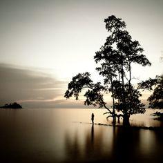 Fotografias oníricas da Indonésia por Hengki Koentjoro.  A fotografia não é apenas uma forma de expressar a sua alma mais interior, mas também a criação de uma janela para o mundo , onde através de suas fotos o invisível e o não dito pode ser captado. Impulsionado pelo desejo de explorar a beleza mística da natureza, ele desenvolve o seu sentido e sensibilidade através dos elementos da fotografia de arte . Sua liberdade de expressão é mais refletida na elaboração e exploração do preto e…