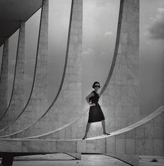 """Mode 1960er Jahre  """"...wie auf einem anderen Stern..."""", Gunel Person  F.C. Gundlach  Brasilia, Präsidentenpalais 1964  in: Film und Frau Modeheft F/S 1964"""