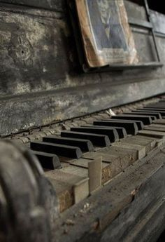 Abandoned and forgotten - Piano Old Buildings, Abandoned Buildings, Abandoned Places, Old West, Old Pianos, Grey Gardens, Abandoned Mansions, Alter, Old Houses