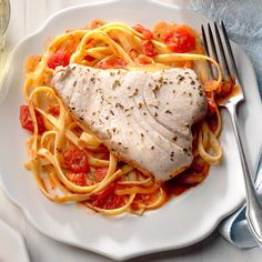 Tuna Steak on Fettuccine Recipe Best Fish Recipes, Salmon Recipes, Seafood Recipes, Pasta Recipes, Favorite Recipes, Diabetic Recipes, Brunch Recipes, Fish Dishes, Pasta Dishes