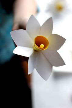Learn how to turn paper into beautiful DIY flowers with 20 paper flower templates and tutorials. Paper flowers make beautiful gifts, centerpieces, and more. Easy Paper Flowers, Flowers For You, Paper Flower Tutorial, Diy Flowers, Spring Flowers, Daffodil Flowers, Diy Paper, Paper Crafts, Blue Lotus Flower