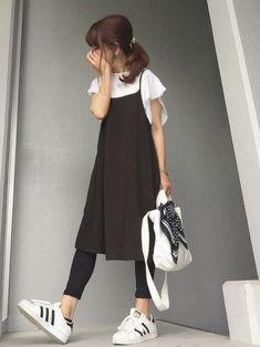 """大人のコーディネートは着回せるワンピースが1着は欲しい!そこで自由自在に着こなせる""""リトル黒ワンピ""""がおすすめなんです。そんな大人女子のワンピコーデを学びましょう。"""