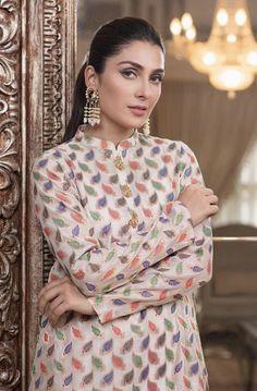 Ayeza Khan says plane crash reminded her of Junaid Jamshed Sara Khan Pakistani, Pakistani Actress, Simple Pakistani Dresses, Pakistani Dress Design, Indian Designer Outfits, Designer Dresses, Designer Sarees, Qandeel Baloch, Pakistani Bridal Makeup