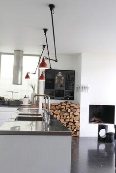 De 302 plafondlamp van Lampe Gras heeft een minimalistische vormgeving. De draaibare arm met kogelgewricht zorgt voor functioneel licht in iedere gewenste hoek van de ruimte. De praktische plafondlamp is bijvoorbeeld geschikt boven tafel, boven de bank of fauteuil en boven een werkplek zoals in een kantoor of keuken.