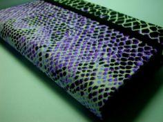 Descrição: capa para smartphone lilás Modelo: 004 Tamanho: 13x2x7x3 Contato: rosanawendt@yahoo.com.br  http://twitter.com/rosanawmonteiro Curta página no facebook: http://www.facebook.com/rosanawmonteiro