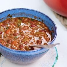 This EASY Vegan Chili is packed with quinoa, veggies, beans and flavor galore! This EASY Vegan Chili is packed with quinoa, veggies, beans and flavor galore! Quinoa Chili, Mediterranean Soup, Mediterranean Diet Recipes, Vegetarian Appetizers, Vegetarian Recipes, Chili Recipes, Baked Lamb Chops, Easy Vegan Chili, Healthy Comfort Food