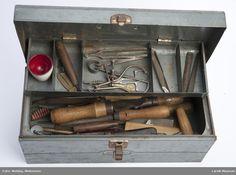 Verktøykassen består av  diverse verktøy som  Kniver, filer, syl skjærejern, børster, tannlegeutstyr, passer, blyant, eggeglass, spatel etc.    Verktøykasse m. liten hank Tools, Cash Register