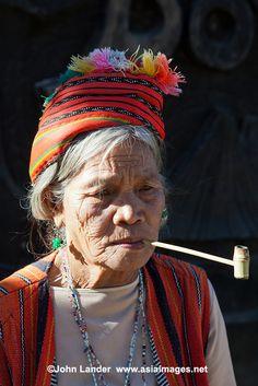 Kalinga Igorot woman, Filipino hill tribe Tribal Costume, Philippines Culture, Filipino Tribal, Filipino Culture, Indigenous Tribes, Tribal Women, Tribal Fashion, People Of The World, Drawing People