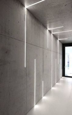 profilés LED encastrés dans les murs et le plafond en béton via Atelier Zafari Architecture Office Interior Design, Office Interiors, Office Designs, Interior Lighting Design, Interior Ideas, Office Wall Design, Architectural Lighting Design, Design Offices, Interior Led Lights