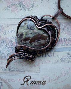 Кулон с кабошоном яшмы выполнен из патинированной меди в технике wire wrap. Jasper pendant made of patinated copper in wire wrap technique.