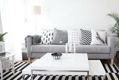 Cozy Apartment Living Room in Black and White Style Inspirations - Page 9 of 95 Home Living Room, Apartment Living, Living Room Decor, Living Spaces, Decor Room, Cozy Apartment, Casual Home Decor, Black And White Living Room, Black White