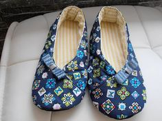 CHAUSSONS KIMONO femme T39 bleu marine et motifs modernes