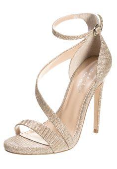 Cerchi le scarpe perfette per la prossima cerimonia? Se punti sull'oro non sbagli! Dai un'occhiata ai sandali più belli su Listupp.   #fashion #shoes #gold #heels #sandals #high #gold #style