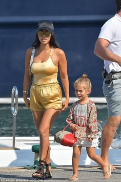 Penelope Disick wearing Gucci Zoo Whale Bag and Havaianas Kids Slim Flip-Flops in Sand Grey/Light Gold