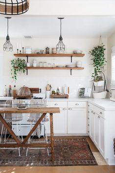 Une cuisine green sublimée par des plantes suspendues