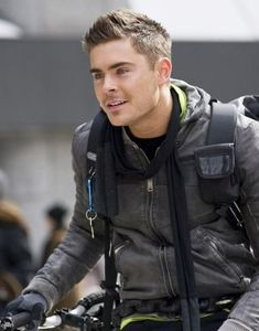Pin for Later: All the Hot Zac Efron Movie Pictures You Could Possibly Handle New Year's Eve As a bike messenger, he's adorable. Look at that matching gear! Short Bob Haircuts, Haircuts For Men, Men's Haircuts, Short Hair Cuts, Short Hair Styles, Haircut For Thick Hair, Thin Hair, Boy Hairstyles, Mens Straight Hairstyles