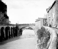 le pont romain de Vaison-la-Romaine, il y a quelques années en arrière (fin XIXè-début XXè). Avec sur la droite, un bâtiment à l'entrée du pont qui n'existe plus aujourd'hui. Ce dernier servait de poste de contrôle des entrées, de denrées notamment.
