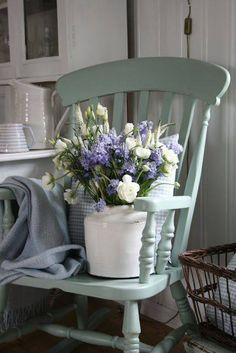 Lovely/ Un bouquet improvisé sur un vieux fauteuil couleur de temps qui passe. Isabelle.