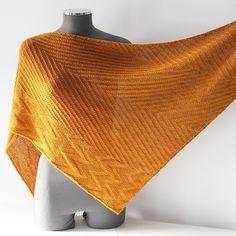 Uzo de Lilofil est un châle tricoté latéralement et entièrement réversible pour vous permettre de choisir votre côté préféré. Suivez le chemin des mailles